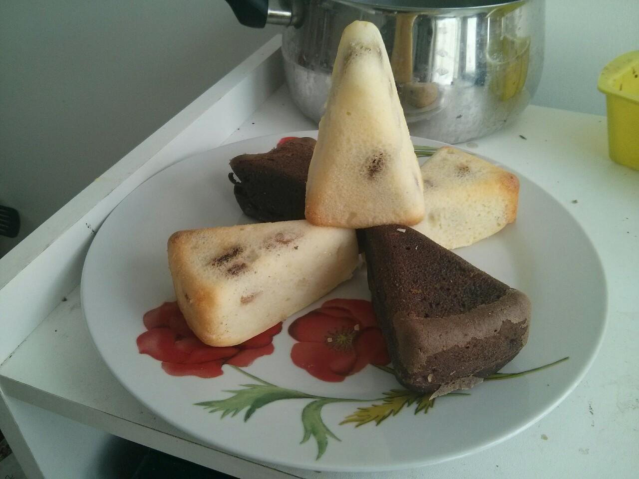 Mini gâteau triangle vanille-raisins et chocolat-cerises