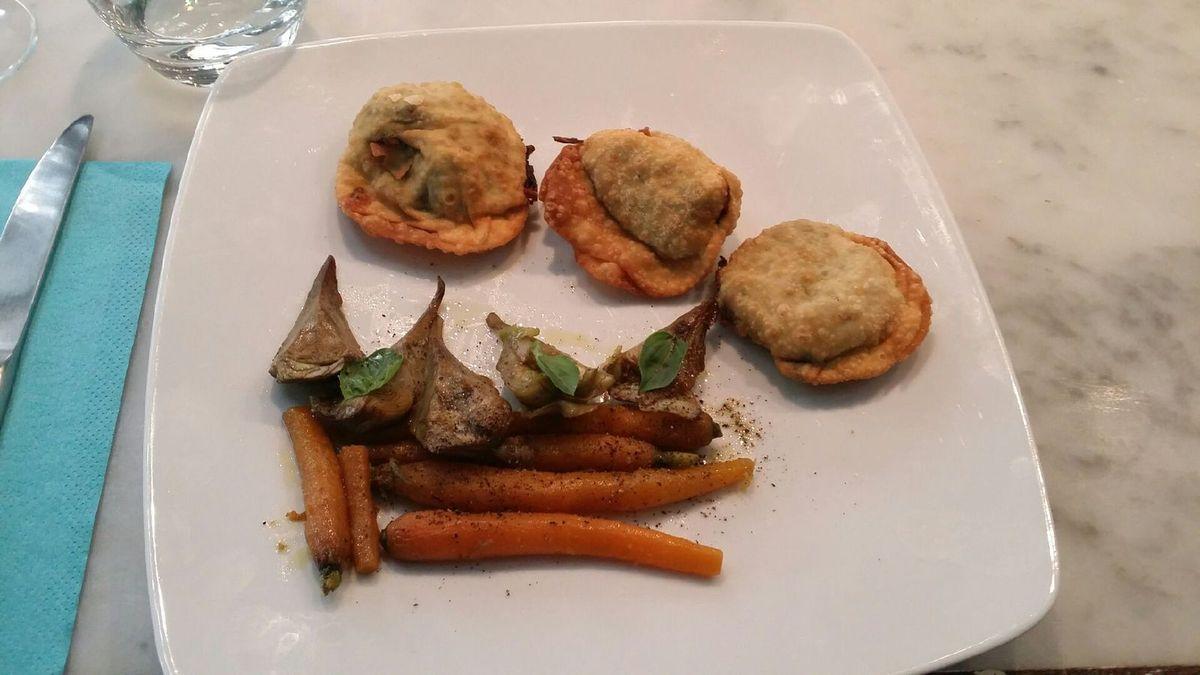 ravioles frites à la roquette et aux épinards et légumes d'été