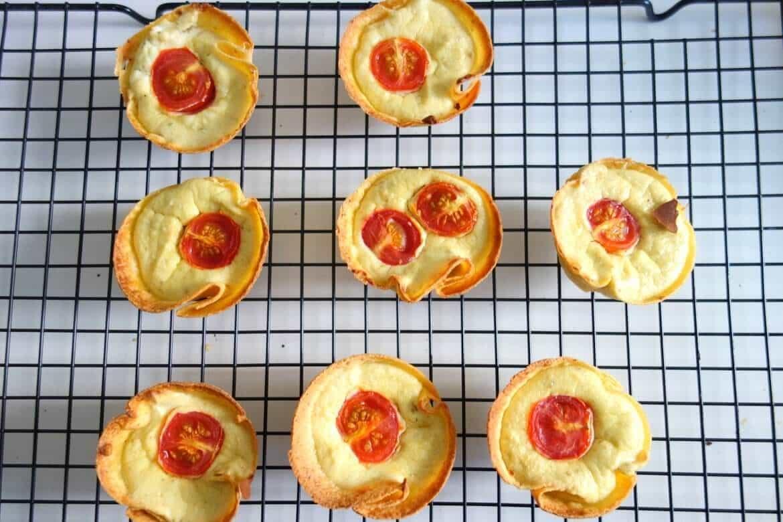 Mini quiches tortillas ricotta pesto tomates